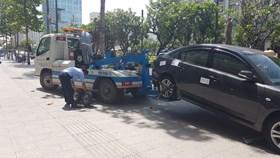 Quận 1 tiếp tục cẩu hàng loạt ôtô đậu trên vỉa hè
