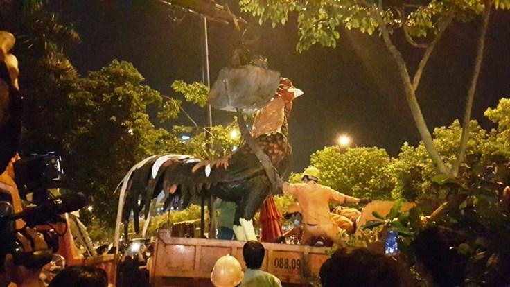 Tượng gà khổng lồ chiếm vỉa hè bị phó chủ tịch quận 1 cẩu đi trong đêm