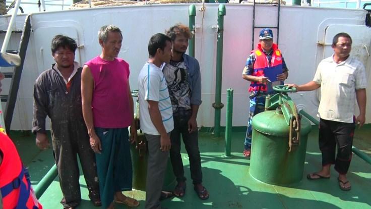 Bắt vụ buôn lậu dầu lớn nhất từ trước tới nay tại vùng biển Cà Mau