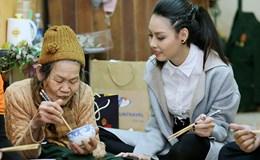 Hoa hậu biển Thùy Trang đi chợ, nấu ăn cho cựu nữ thanh niên xung phong