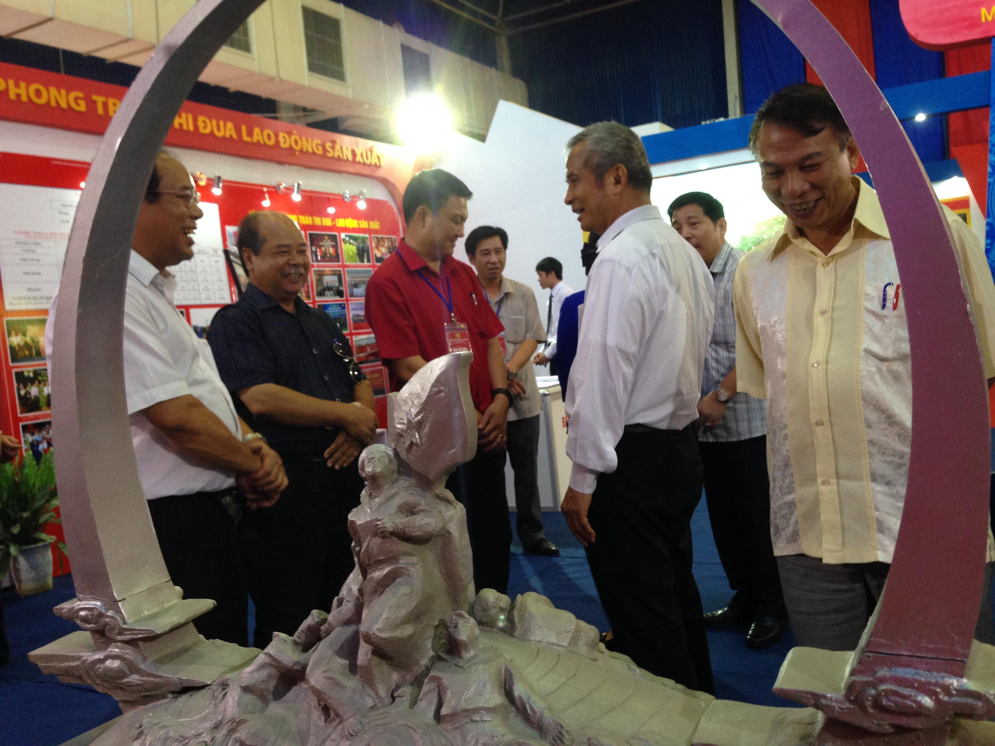 Chủ tịch Tổng LĐLĐVN Đặng Ngọc Tùng thăm Triển lãm Thành tựu KT-XH năm 2015
