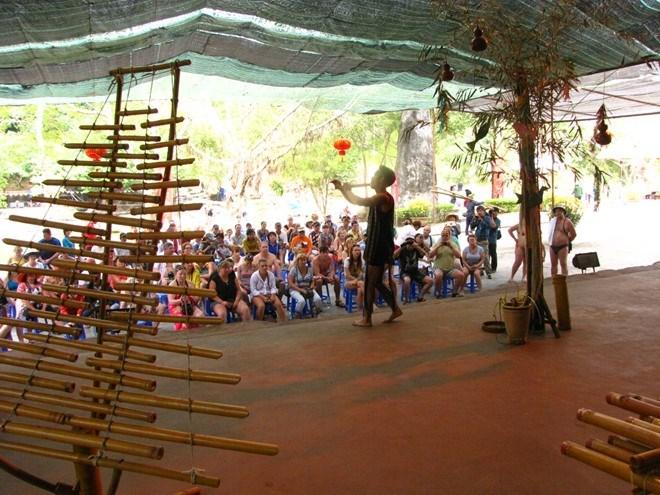 Khách du lịch thích thú đón xem chương trình ca nhạc dân tộc tại Công viên du lịch Yang Bay. Ảnh: B.C