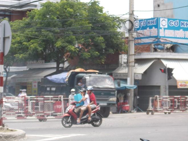 Đà Nẵng: Đứng giữa ngã tư quốc lộ 1A để đợi tàu hỏa - ảnh 1