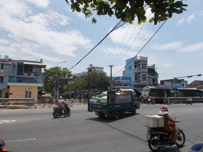 Đà Nẵng: Đứng giữa ngã tư quốc lộ 1A để đợi tàu hỏa - ảnh 2