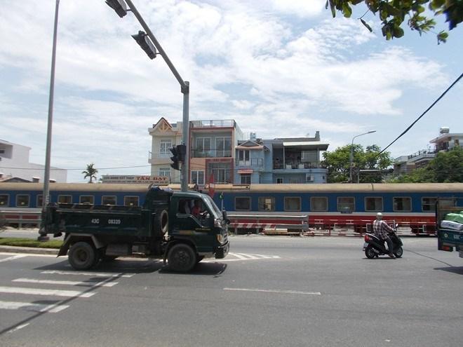 Đà Nẵng: Đứng giữa ngã tư quốc lộ 1A để đợi tàu hỏa - ảnh 3