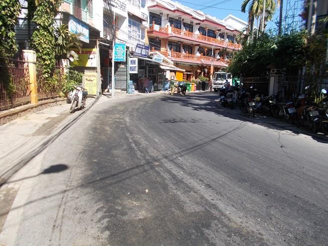 Xe cẩu bể ống, hàng chục lít dầu đổ loang con đường phố cổ Hội An - ảnh 1
