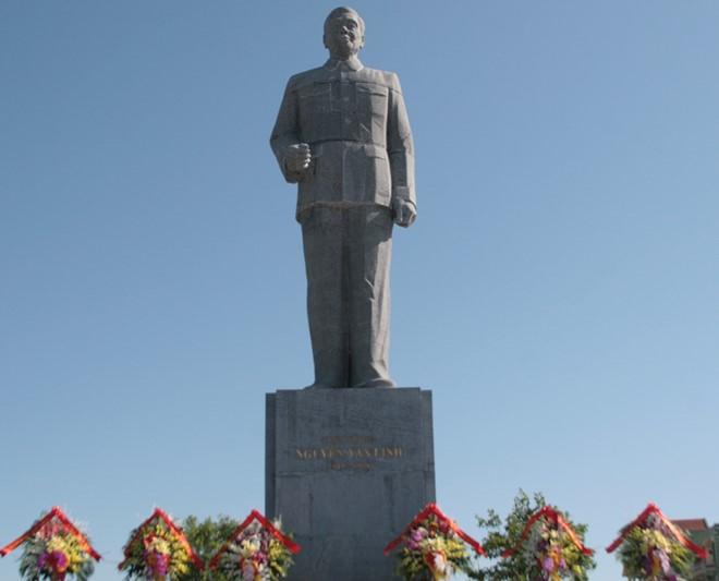 Lãnh đạo Đảng, Nhà nước dâng hoa tại Tượng đài Tổng Bí thư Nguyễn Văn Linh