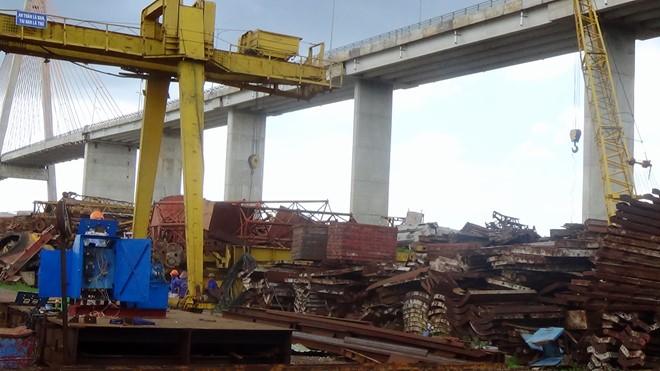 Bãi rác phế liệu to đùng dưới chân cầu Rạch Miễu