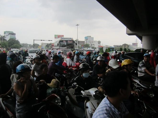 Giao thông Sài Gòn tắc nghẽn vì người trú mưa