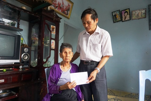 Tặng quà Quỹ Tấm lòng vàng Lao Động tới thân nhân liệt sĩ Gạc Ma tại Nghệ An