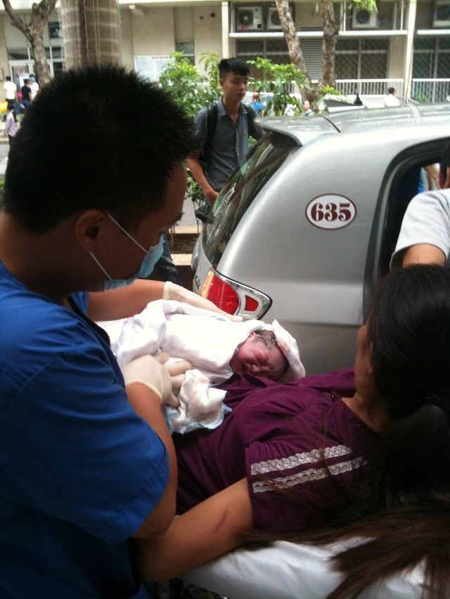 Hà Nội: Chồng đỡ đẻ cho vợ trên xe taxi