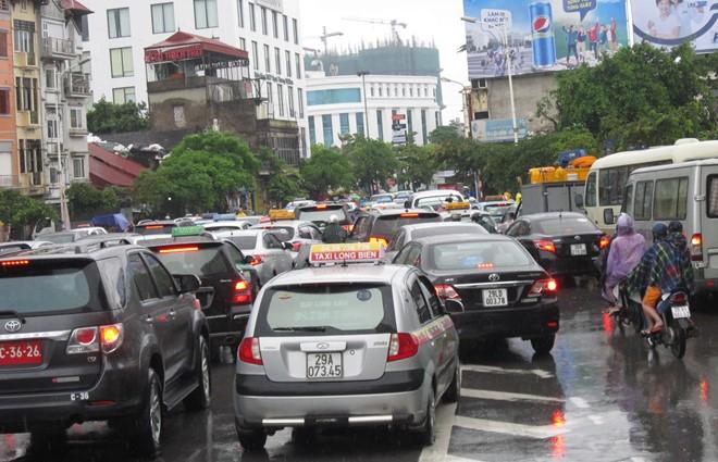 Người dân thủ đô oằn mình trong mưa lớn
