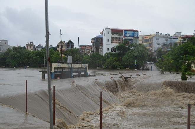 Mưa lớn nhấn chìm nhiều nhà dân ở Uông Bí
