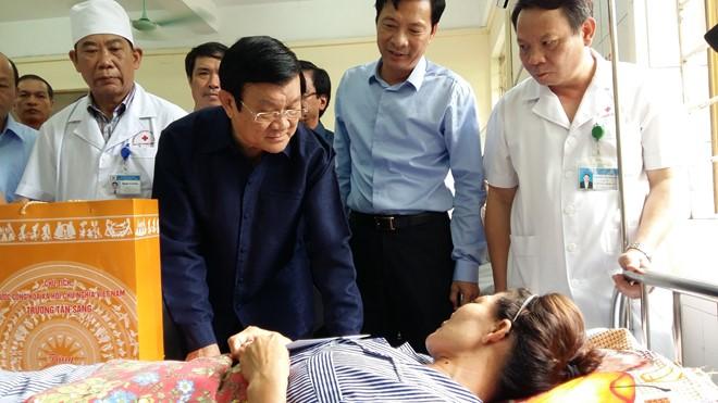 Chủ tịch Nước Trương Tấn Sang thăm, tặng quà và kiểm tra tình hình khắc phục mưa lũ tại Quảng Ninh - ảnh 3