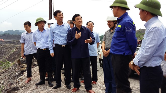 Chủ tịch Nước Trương Tấn Sang thăm, tặng quà và kiểm tra tình hình khắc phục mưa lũ tại Quảng Ninh - ảnh 4