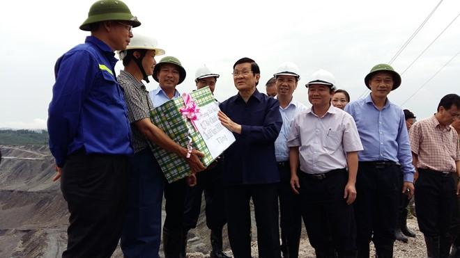 Chủ tịch Nước Trương Tấn Sang thăm, tặng quà và kiểm tra tình hình khắc phục mưa lũ tại Quảng Ninh - ảnh 5