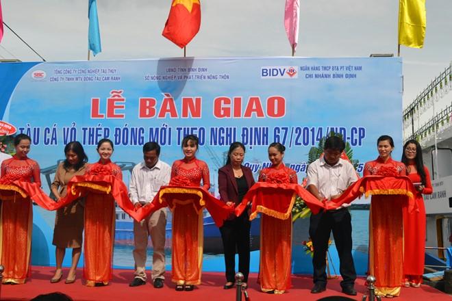 Ngư dân Bình Định nhận tàu vỏ thép đầu tiên