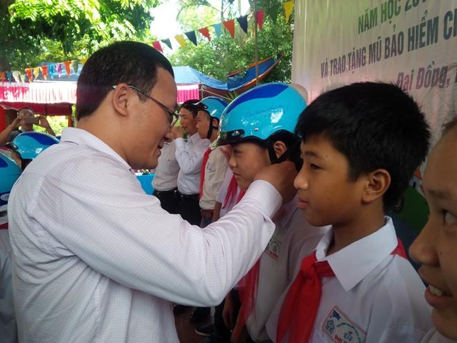 Tặng trên 1.500 mũ bảo hiểm đạt chuẩn cho học sinh Hà Nội
