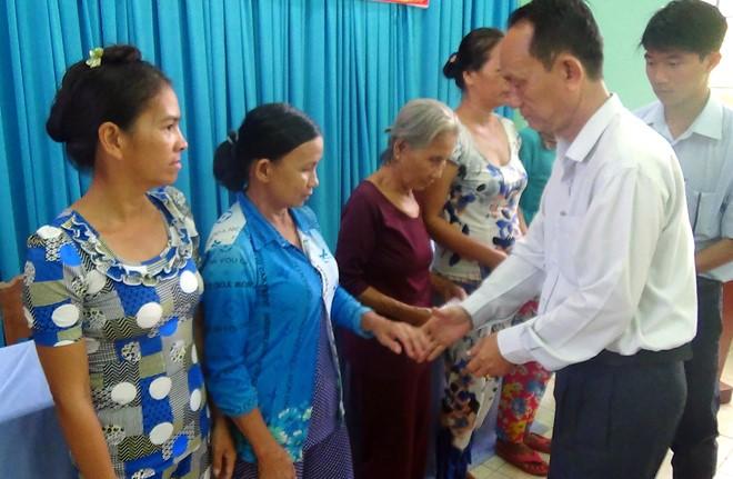 LĐLĐ Thị xã Vĩnh Châu trao quà ĐV nghiệp đoàn nghề cá