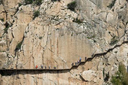 Rợn tóc gáy dạo bước trên con đường nguy hiểm nhất thế giới