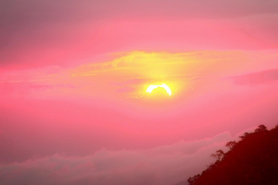 Mây vờn lưng núi lúc bình minh ở Tà Năng – Phan Dũng - Ảnh minh hoạ 2
