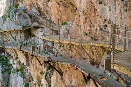 Rợn tóc gáy dạo bước trên con đường nguy hiểm nhất thế giới - Ảnh minh hoạ 2