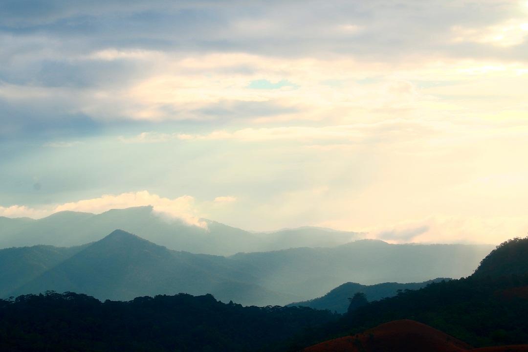 Mây vờn lưng núi lúc bình minh ở Tà Năng – Phan Dũng - Ảnh minh hoạ 5