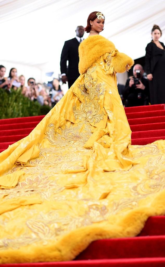 Rihanna liên tục lấy tay che *** vì diện áo trong suốt không ***