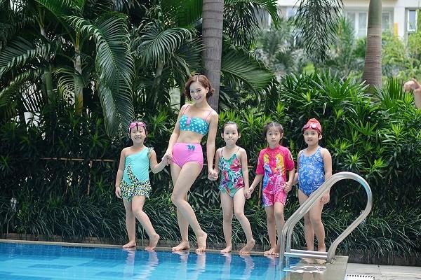 Sau thất tình, Lan Phương rạng rỡ đi bơi cùng trẻ nhỏ