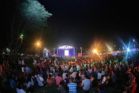 Fan bất ngờ lên sân khấu 'vái lạy' Mỹ Linh trong đêm nhạc Trịnh Công Sơn