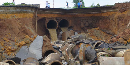 Hố tử thần nhìn từ công trình Sông Đà Thăng Long (Ảnh: VietnamPlus)