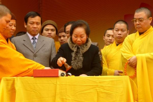 Phó Chủ tịch nước Nguyễn Thị Doan khai ấn thiêng Yên Tử 2012.