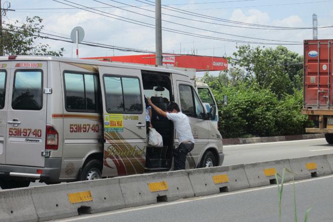 """TP.Hồ Chí Minh: Loay hoay xử lý nạn xe """"dù"""", bến """"cóc"""" - ảnh 1"""
