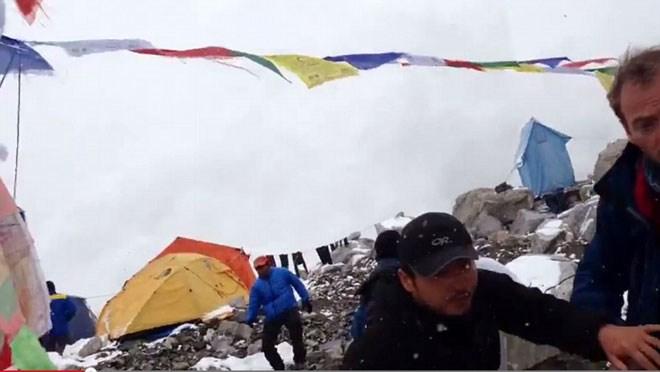 """Video: Khoảnh khắc kinh hoàng về """"ngày đẫm máu"""" trên đỉnh Everest"""