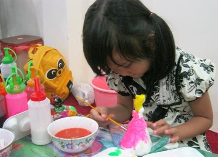 Phụ huynh nghe tư vấn chọn môn năng khiếu cho con tại Nhà Thiếu nhi TPHCM.