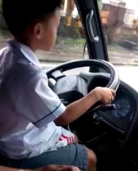 Tạm giữ ôtô của ông bố cho con trai 6 tuổi lái xe tải chạy trên đường