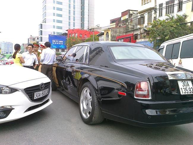 Roll-Royce Phantom rồng đụng độ Mazda3 ở trung tâm Hà Nội