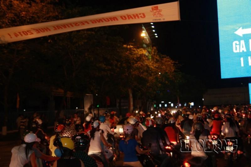Trước giờ Festival Huế 2014 chính thức được khai mạc, hàng chục ngàn người dân Huế, các tỉnh lân cận đang đổ khu vực sân khấu khai mạc đón xem những chương trình nghệ thuật đặc trưng cho các thành phố cố đô Việt Nam, các đoàn nghệ thuật từ khắp 5 châu lục.