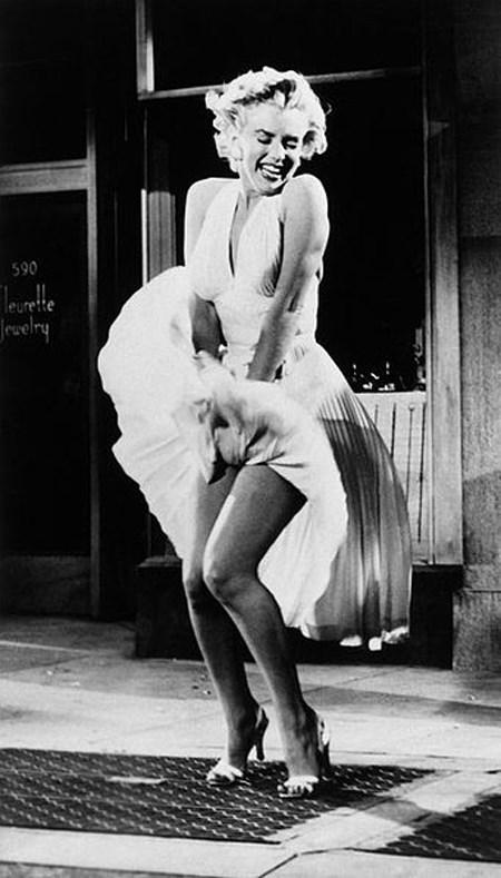 Marilyn Monroe là hình mẫu của vẻ đẹp gợi cảm với vòng eo thon gọn.