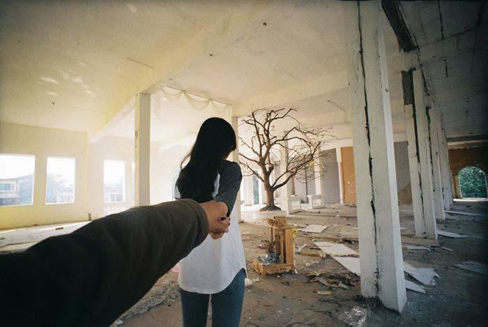 Bộ ảnh của Linh lap bao gồm 34 bức ảnh với hình ảnh cô gái trẻ nắm một bàn tay chàng trai đi khắp các gian phòng trong không gian của Zone 9 đang được lan truyền rộng rãi trên mạng xã hội Facebook.