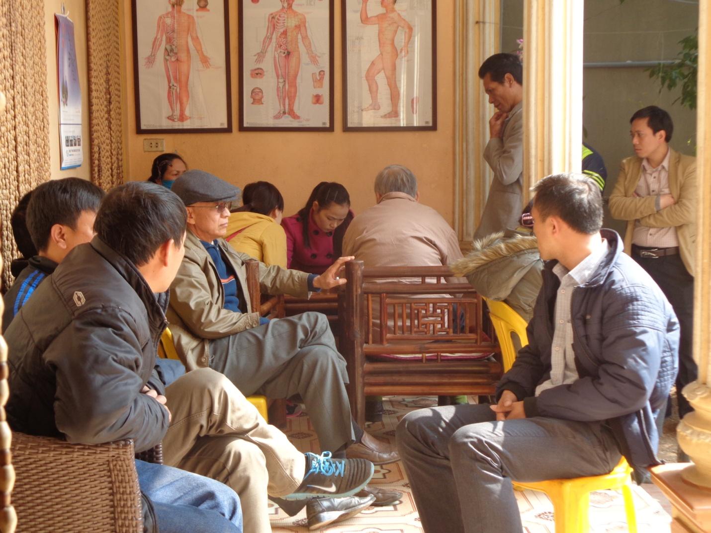 Rất đông bệnh nhân bỏ cả ăn trưa để xếp hàng giữ chỗ và chờ khám vào buổi chiều