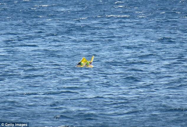 Kinh hoàng một em bé 10 tháng tuổi bị cha mẹ bỏ quên trên biển.