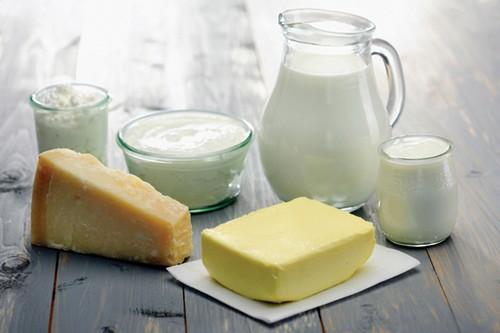 Một số sản phẩm sữa: Nhiều người  thường cho rằng sữa rất tốt cho sức khỏe . Điều đó hoàn toàn đúng vì sữa giúp cung cấp canxi và vitamin D cần thiết. Tuy nhiên các sản phẩm sữa như phô mai, bơ, caffe sữa khi bổ sung chất béo, nó cung cấp hàm lượng cholesterol rất cao cho cơ thể.