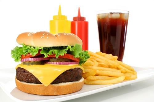 Thức ăn nhanh: Các loại thức ăn nhanh như khoai tây chiên, gà rán, sandwich và bánh quy bơ chứa một hàm lượng cholesterol cao. Ngoài ra trong thức ăn nhanh còn chứa rất nhiều trans fat (axit béo chuyển hóa) tức là dầu mỡ dùng đi dùng lại nhiều lần. Đây chính là nguyên nhân làm tăng lượng cholesterol xấu, gây ra nguy cơ mắc các bệnh về tim, xơ vữa, tắc nghẽn động mạch, đột quỵ.