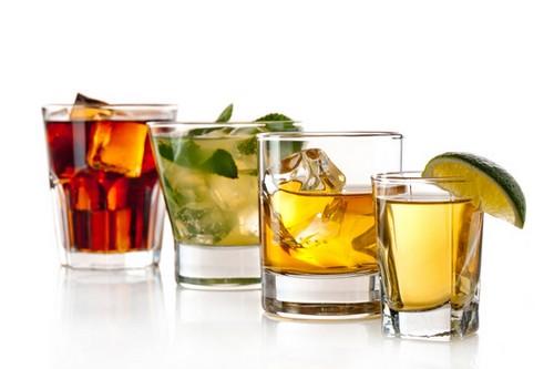 Rượu: Uống 1 lượng hạn chế thì không có hại cho sức khỏe, thực tế, nó còn có thể tác động tích cực đến tim của bạn. Tuy nhiên uống rượu quá mức, đặc biệt là rượu mạnh, có thể làm tăng nồng độ cholesterol ở mức độ không mong muốn.