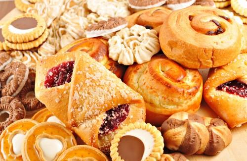 Các loai bánh nướng: Bạn cần phải cắt giảm các loại bánh nướng xốp, bánh ngọt, bánh mì nhanh chóng. Vì chúng được làm từ chất béo bão hòa, hydro hóa, trứng và sữa nguyên chất, do đó chúng có thể làm tăng đáng kể mức cholesterol trong cơ thể của bạn.