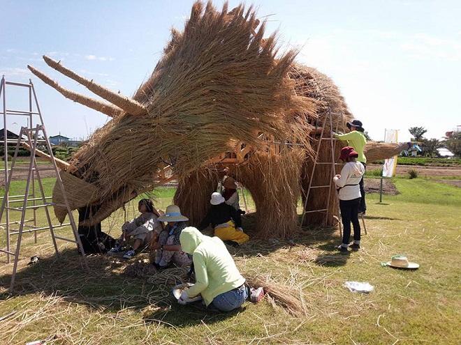 """""""Quái vật"""" khổng lồ bằng rơm gây sốt tại Nhật Bản"""
