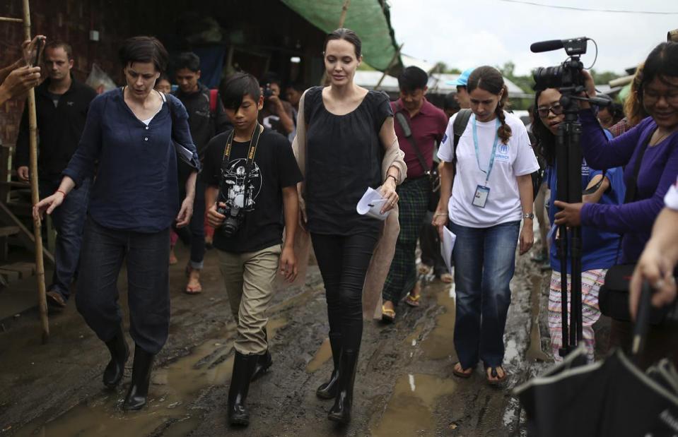 Angelina Jolie đưa con trai nuôi gốc Việt Pax Thiên đi thăm công nhân ở Myanmar