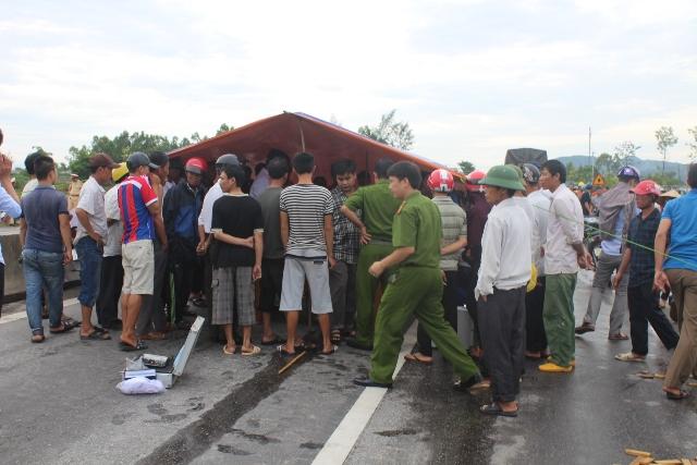 Chờ công an kết luận, người nhà giữ thi thể nạn nhân tai nạn giao thông giữa đường - ảnh 5